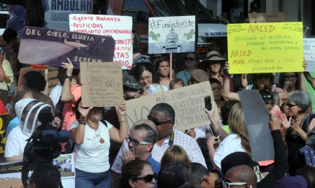 People protest against the aerial spraying of naled insecticide, July 6, at Plaza de Armas in Old San Juan. (CB Photo/José Antonio Rosario Medina). Source: http://caribbeanbusiness.com/us-urges-aerial-spraying-amid-jump-in-puerto-rico-zika-cases/